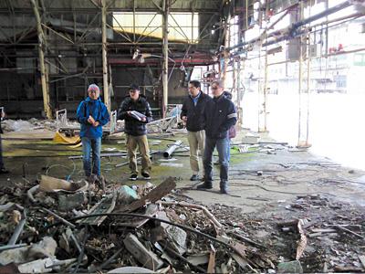 廃工場でのロケハンの様子。堤幸彦監督もいますよ。